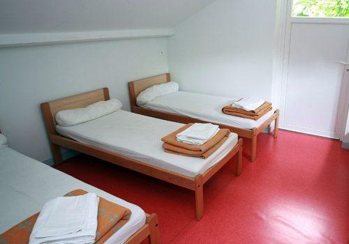 lits simple hébergement de l'ile de loisirs Buthiers