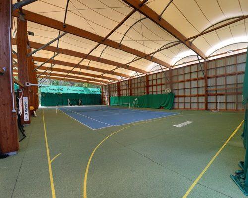 Terrain de tennis couvert à partir de 8 ans