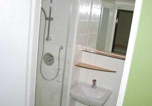 douche lavabo hébergement les sables buthiers