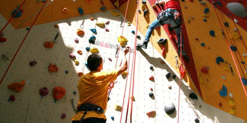 Escalade en salle avec toit ouvrant permettant d'atteindre les 20 mètres