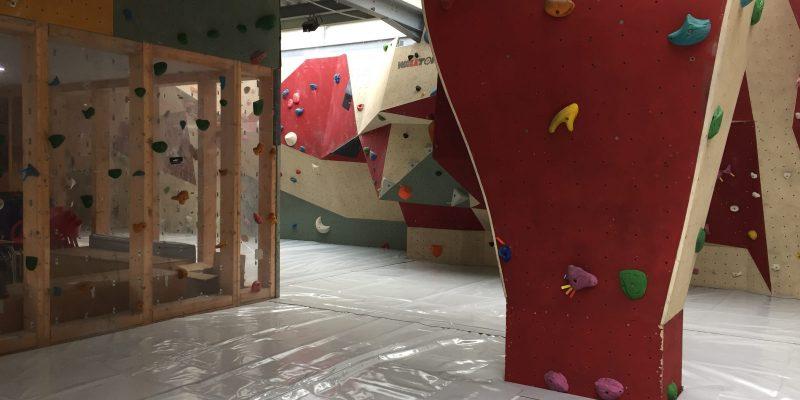 Escalade en salle Buthiers avec toit ouvrant permettant d'atteindre les 20 mètres